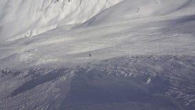 Surfeur sur la montagne avant le début de la descente lifestyle clips vidéos