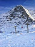 Surfeur sur la pente à la station de vacances de sport d'hiver dans les alpes suisses Photographie stock