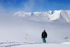 Surfeur sur la pente neigeuse avec la nouvelle neige tombée Photo libre de droits