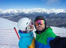 Surfeurs de couples faisant le selfie sur l'appareil-photo Image stock
