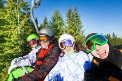 Surfeurs de sourire dans des masques de ski sur l'ascenseur Photo libre de droits
