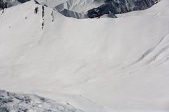 Surfeurs et skieurs en descendant sur outre de la pente de piste Vue supérieure Montagnes de Caucase, la Géorgie, station de spor photo libre de droits