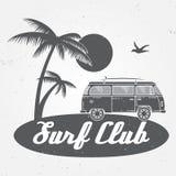 Surfez l'été de vecteur de concept de club surfant le rétro insigne Emblème de club de surfer, de rv bannière dehors, fond de vin illustration libre de droits