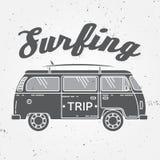 Surfez l'été de vecteur de concept de voyage surfant le rétro insigne Échouez l'emblème de surfer, bannière de rv dehors, fond de illustration libre de droits