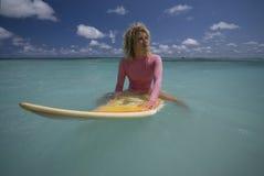 Surfgirl dans le maillot de bain rose sur les Îles Maurice Image stock