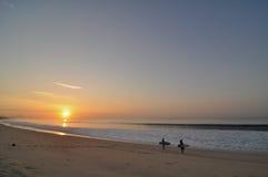 Surfig en la salida del sol en cabo Fotos de archivo libres de regalías