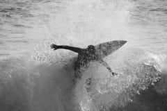 Surfin de silhouette Photographie stock libre de droits