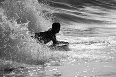surfin della siluetta Fotografie Stock Libere da Diritti
