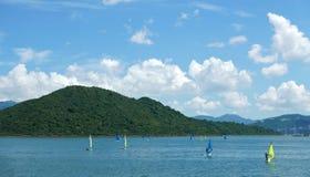 Surfing för vattensport, blå himmel, vitt moln Royaltyfria Foton