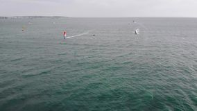 Surfing vindbr?nning Extrem sport i det tropiska bl?a havet, klart vatten Flyg- sikter, b?sta sikt av surfingen p? arkivfilmer