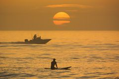 Surfing, wodniactwo z wschodem słońca Obrazy Royalty Free