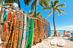 Surfingbrädor i kuggen på den Waikiki stranden Royaltyfria Bilder