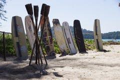 Surfingbrädor på stranden Arkivfoton