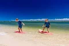 Surfingowów brat bliźniak zabawę na plażowym uczenie surfować Obraz Royalty Free