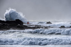 Surfingowa czekanie dla przerwy w fala Zdjęcia Stock