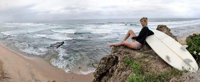 Surfingowa dziewczyny styl życia panoramiczny Obrazy Royalty Free