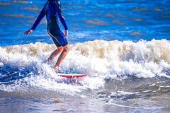 Surfingowa facet na surfboard oceanu jeździeckiej fala Zdjęcie Royalty Free