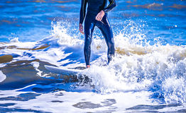 Surfingowa facet na surfboard oceanu jeździeckiej fala Fotografia Stock