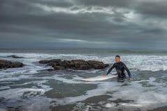 Surfingowa oddawanie od oceanu fotografia stock