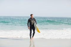 Surfingowa odprowadzenie na plaży z surfboard Zdjęcia Stock