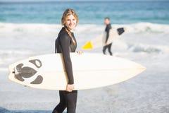 Surfingowa odprowadzenie na plaży z surfboard Zdjęcia Royalty Free