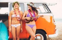 Surfingowiec dziewczyn Plażowy styl życia Obrazy Stock