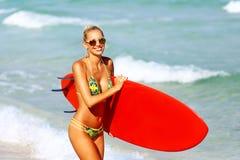 Surfingowiec dziewczyna zdjęcie royalty free