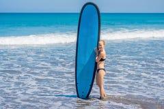 Surfingowiec dziewczyna na piaskowatej plaży Surfingowiec dziewczyna Piękny Młody Wom fotografia royalty free