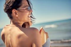 Surfingowiec dziewczyna Seksowna kobieta przy plaży z powrotem widokiem rywalizacje target698_1_ basenu bawją się dopłynięcie wod zdjęcia stock