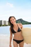 Surfingowiec dziewczyny surfingu odprowadzenie z surfboard Waikiki zdjęcie stock