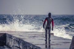 Surfingowiec iść w wodę w zimie Obrazy Stock