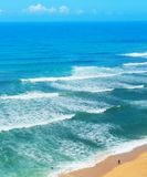 Surfingowiec kipieli oceanu plaża Portugalia obraz stock