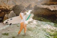 Surfingowiec kobieta pozuje z surfboard dziewczyna piękny surfingowiec fotografia stock