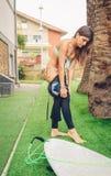 Surfingowiec kobieta z bikini i surfboard opatrunkiem Zdjęcia Royalty Free