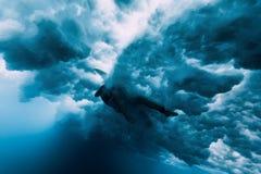 Surfingowiec kobiety nur podwodny Falowy płuczkowy surfingowiec obraz royalty free