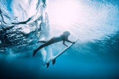 Surfingowiec kobiety nur podwodny Surfgirl nur pod ocean falą zdjęcia royalty free