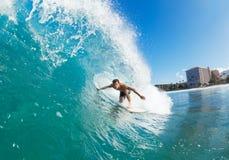 Surfingowiec na Błękitnej ocean fala zdjęcia stock