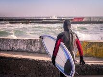 Surfingowiec na molu chodzi w wodę Obraz Royalty Free