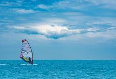 Surfingowiec na morzu Zdjęcia Royalty Free