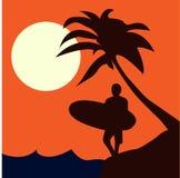 Surfingowiec na plaży z drzewkiem palmowym na zmierzchu tła wektoru wizerunku ilustracja wektor