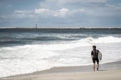 Surfingowiec na plaży z falami zdjęcie stock