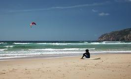 Surfingowiec na plaży Zdjęcia Royalty Free