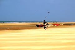 Surfingowiec na plaży Fotografia Royalty Free