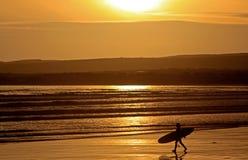 Surfingowiec na plaży w Irlandia obrazy royalty free