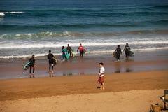 Surfingowiec plaża Zarautz z ludźmi uczy się surfować 2 obrazy stock