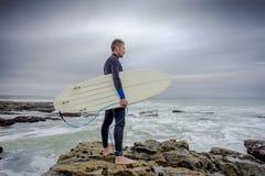 Surfingowiec przegląda kipiel obraz royalty free