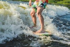 Surfingowiec przejażdżki na desce zdjęcie royalty free