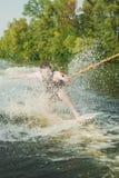 Surfingowiec przejażdżki na desce fotografia stock