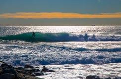 Surfingowiec przy szorstkim morzem fala i, morze śródziemnomorskie, Włochy obrazy royalty free