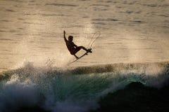 Surfingowiec robi powietrze odwrotności przy Uluwatu przy zmierzchem sporty ekstremalne lifestyle bali Indonesia zdjęcia royalty free